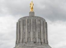 Статуя золота пионерская на здании капитолия положения Орегона стоковая фотография rf