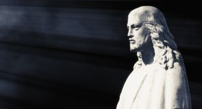 Статуя Иисуса Христоса против черной предпосылки Стоковая Фотография RF