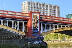 Статуя инженерства на мосте Vauxhall, Лондона Стоковые Изображения RF