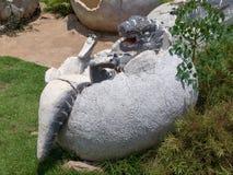 Статуя динозавра в тематическом парке Стоковое Изображение RF