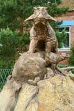 Статуя динозавра с младенцем Стоковое Изображение