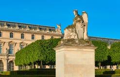 Статуя иносказания победоносной Франции и Лувра Стоковое Изображение RF