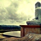 Статуя и висок лорда Будды Буддийск Стоковая Фотография