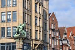 Статуя и здания Стоковая Фотография RF