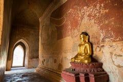 Статуя и картина Будды внутри виска в Bagan Стоковая Фотография RF
