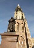 Статуя и новая церковь delft Стоковое фото RF