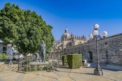Статуя и собор Tio Pepe в Ла Frontera Jerez de, Испании стоковые фотографии rf