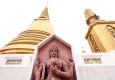 Статуя и старая золотая пагода в виске Таиланда Стоковые Фото