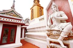 Статуя и старая золотая пагода в виске Таиланда Стоковые Изображения