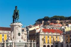 Статуя и старые дома Лиссабона, Португалии Стоковые Изображения RF