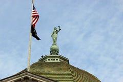 Статуя и флаги правосудия Стоковое Изображение RF