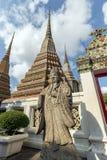 Статуя и chedis на виске Wat Pho в Бангкоке Стоковое Изображение