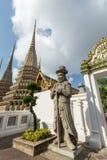Статуя и chedis на виске Wat Pho в Бангкоке Стоковые Изображения RF