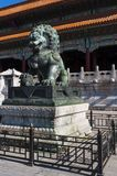 Статуя китайского льва попечителя на запретном городе в городе Пекина Стоковая Фотография RF