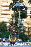 Статуя клоуна с зонтиком на юнисайкле в парке Стоковая Фотография RF