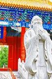 Статуя Конфуция, большой китайский философ в виске  Стоковые Изображения