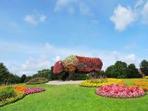 Статуя коровы цветков стена улицы надписи на стенах искусства цветастая покрытая Стоковое фото RF