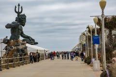 Статуя короля Нептуна рассматривает вне променад на Virginia Beach стоковые изображения rf