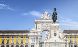 Статуя короля Хосе Я и свод Augusta руты на Praca делают Comercio в Лиссабоне, Португалии Стоковые Фото