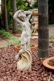Статуя красивой девушки в саде утеса Стоковые Изображения RF