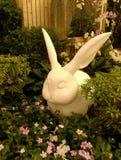 Статуя кролика в кусте стоковая фотография