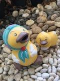 Статуя кукол утки на камне на саде Стоковая Фотография