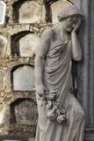 Статуя классической женщины жалея потеря любимое одного стоковые изображения