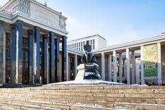Статуя к Dostoevsky и русской государственной библиотеке стоковая фотография