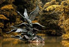 Статуя лебедя летания стоковые фотографии rf