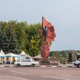 Статуя Ленина на квадрате Ленина с флагами в национальных цветах и советским ретро автомобилем в Mozyr, южной Беларуси стоковая фотография rf