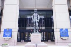 Статуя Линкольна перед центром правительства Индианы стоковое изображение rf
