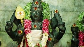 Статуя лорда Murugan и его 2 жен, Valli и Deivayanai индусская богиня на Tamil Nadu, Индии акции видеоматериалы