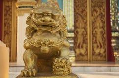 статуя льва glod Стоковые Фотографии RF