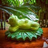 Статуя лягушки в саде Стоковые Изображения RF