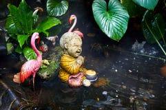 Статуя маленького монаха в саде Стоковые Изображения