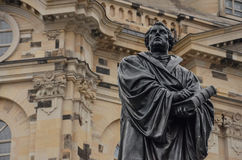 Статуя Мартин Luther vor Frauenkirche Дрездена в Германии стоковые фотографии rf