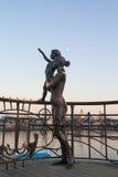 Статуя матери и сына приветствуя матроса на пристани Стоковые Фото