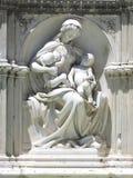 Статуя матери с младенцами, Сиены, Италии Стоковая Фотография RF