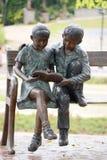 Статуя мальчика и девушки Стоковые Фото