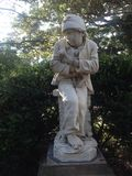 Статуя мальчика попрошайки мраморная Стоковое Фото