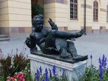 Статуя мальчика с гусыней в территории королевского дворца Drottningholm Стоковое Изображение