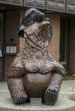 Статуя медведя и ворона в Анкоридж Стоковое Изображение RF
