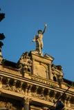 Статуя Меркурия - главного римского бога стоя на фасаде здания стоковая фотография rf