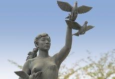 Статуя мира девушки выпуская голубей Стоковые Фотографии RF