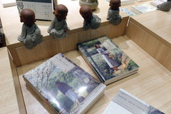 Статуя монаха и новая книга bookstore liudushuwu Стоковая Фотография