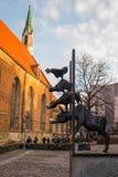 Статуя музыкантов городка Бремена в Риге, Латвии Церковь St Peter один из символов и одно основного стоковое фото rf