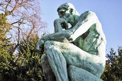 Статуя мыслителя скульптором Rodin Стоковое Фото