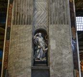 Статуя на базилике St Peter в Риме стоковые изображения rf