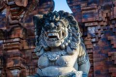 Статуя на входе виска, остров Бали, Индонезия Стоковая Фотография