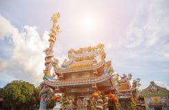 Статуя на крыше святыни, статуя Dargon дракона на крыше виска фарфора как азиатское искусство Стоковое Фото